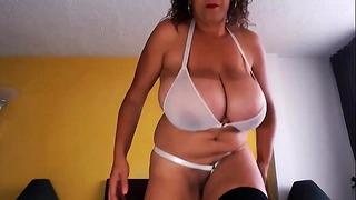 Amateur mère colossal seins chubby 2