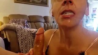Blondie Mother Mother Catch Step Stepson Jerking lui crée du sperme dans sa bouche tabou