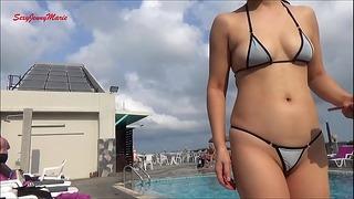 Jenny Marie relaksująca się przy odkrytym basenie w swoim mikro bikini