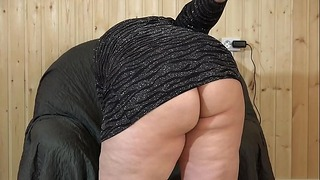 Schönes Fett in einem kleinen Kleid masturbiert in einem Sessel. Großer Gummipenis fickt ihre Hirsute Vagina. Amateur Knick.