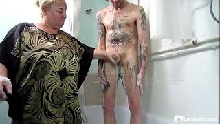 Blonde mère branle + souffle son fils