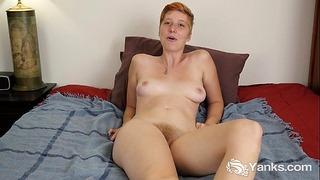 Redhead Aurora masturbiert ihre Hirsute Twat