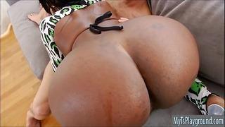 Bubble Butt Ebony Transvestite прецака в задник на дивана