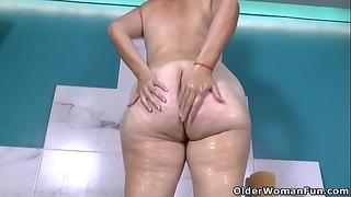 Latina Big Beautiful Woman Karina Sure sait comment profiter d'un bain sexy