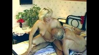 Haarige Großmutter genießt Dreier haarig