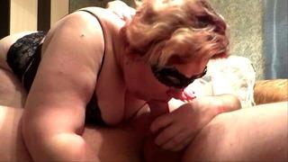 Russisch Milf Saugt Dick Sperma in den Mund