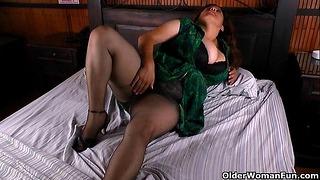 Große schöne Frau Milf Laura vibriert ihren Kitzler, bis sie explodiert