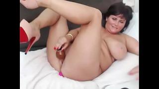 Dicke fette Frau, die ihre Muschi online zum Abspritzen bringt
